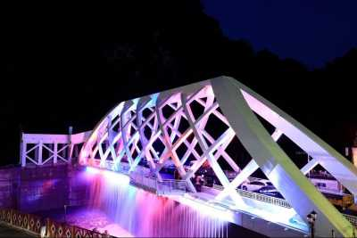 Wulai New Sightseeing Bridge completed the Mid-Autumn Festival and came to Wulai to enjoy the light carving show